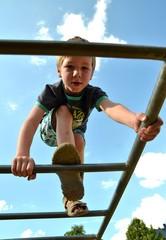 Junge klettert hoch oeben