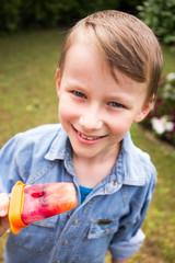 Junge mit Fruchteis