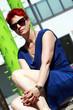 rothaarige Frau um die 50 im blauen Kleid