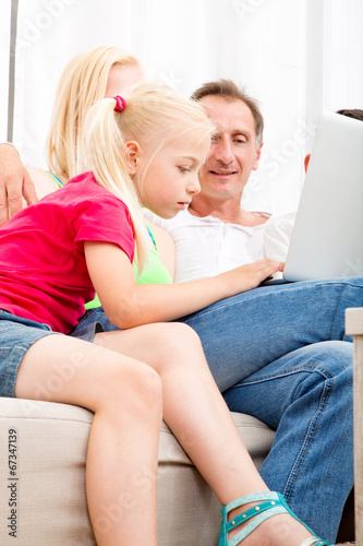canvas print picture Familie vorm Laptop