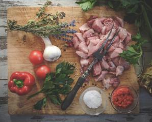 Schneidebrett mit Zutaten für ein Fleischgericht