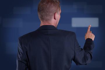 Geschäftsmann drückt eine Taste auf einem Touch-Screen-Interface
