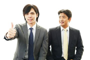 ガッツポーズの二人のビジネスマン