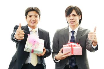 プレゼントを持った笑顔の男性