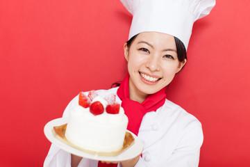 ケーキを持った女性