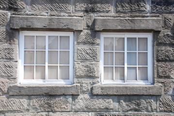 石組みの壁の窓