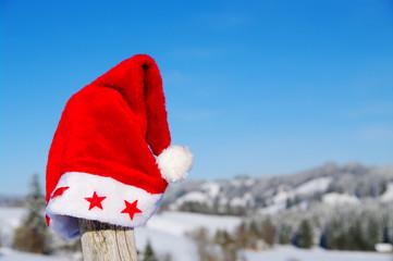 rote weihnachtsmütze auf zaun