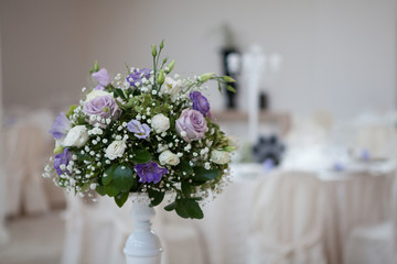 Mazzo di fiori su tavola in salone ricevimento