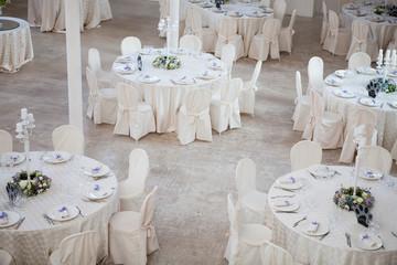Elegante sala da pranzo pronta per ricevimento