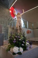 La statua di Gesù risorto e ai suoi piedi addobbo per cerimonia