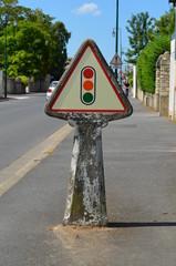 Vieux panneau routier en béton