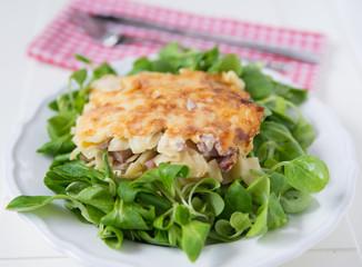 Überbackene Schinkelfleckerl mit Salat