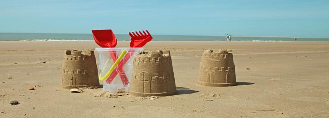 château de sable à la plage