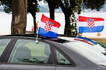 Kroatische Fahnen am Automobil befestigt