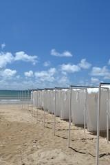 Cabines de plage en tissu blanc