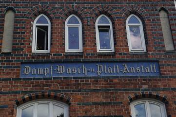 Alte Inschrift an einer Fassade in Wismar 2
