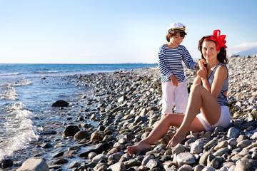Мама и сын на берегу моря