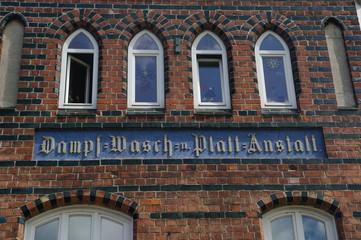 Alte Inschrift an einer Fassade in Wismar 1