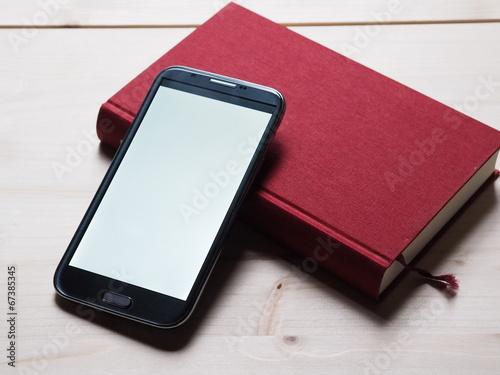 Smartphone mit Buch