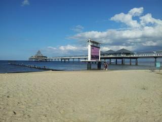 Seebrücke Heringsdorf mit TV Leinwand im Sommer