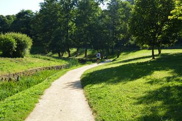 hombre corriendo por un camino en un parque