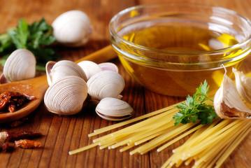 ingredienti per spaghetti alle vongole sul tavolo di legno
