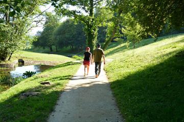 pareja caminando por un  parque urbano