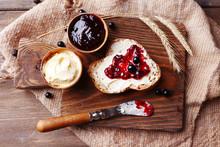 Świeży chleb z domowym dżemem masła i czarnej porzeczki