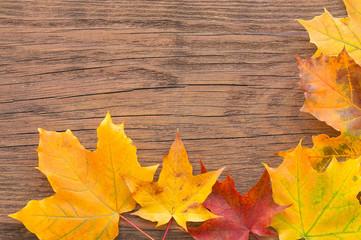 Buntes Herbstlaub auf Holz, dekorativ, Grußkarte, Herbstaktion
