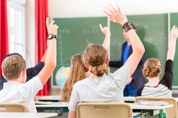 Lehrer unterrichtet Schüler in Klasse einer Schule