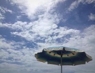 ombrellone e cielo in esate