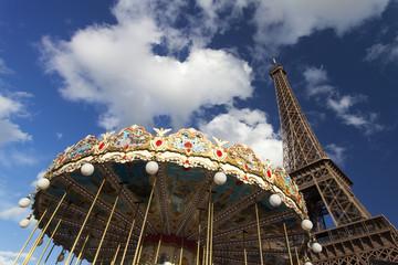 Eiffelturm und ein Karussell