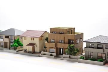 住宅が白いスタジオに並んでいる様子