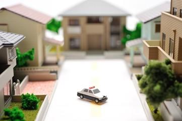 住宅街とパトカー