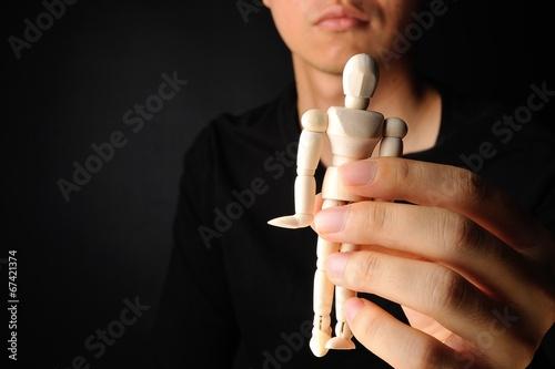 人形を持っている男性 Plakat
