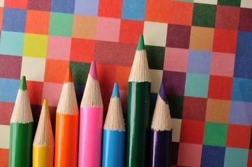 カラフルな背景と色鉛筆