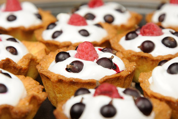 biscuit with cream, raspberry and currant