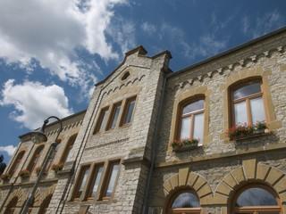 Fassade des Rathaus in Oerlinghausen mit Wolkenhimmel