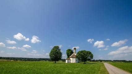 Zeitraffer - Weißblauer Himmel über einer kleinen Kirche