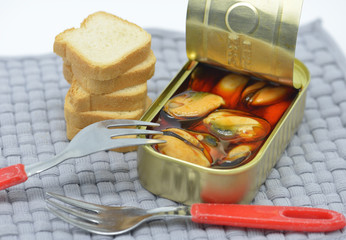 delicious canned mussels and bread