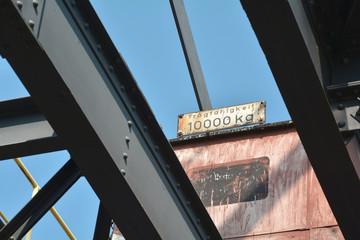 Schild an einem Bagger (Tragfähigkeit 10000 Kg)