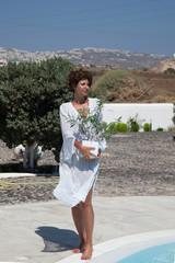 Donna in villa con pianta di ulivo