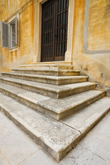 Stufen aus Stein zur Pforte