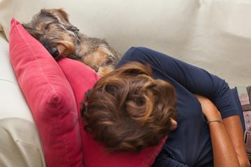 Cane basotto e donna a riposo