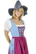 Frau im Dirndl trägt Seppel-Hut beim Oktoberfest