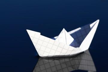 papierschiffchen auf dem wasser II