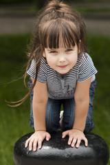 Девочка позирует у ограждения