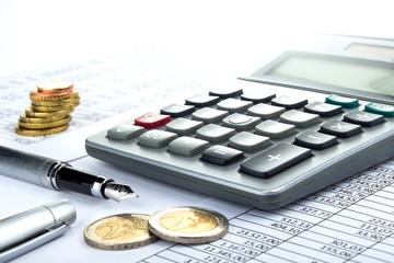 Taschenrechner Füller Münzen auf Tabelle