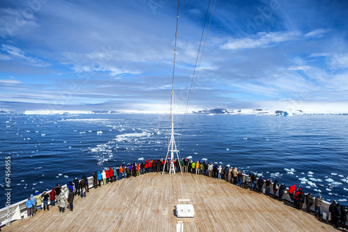Fotobehang Poolcirkel Cruise Ship in Antarctica