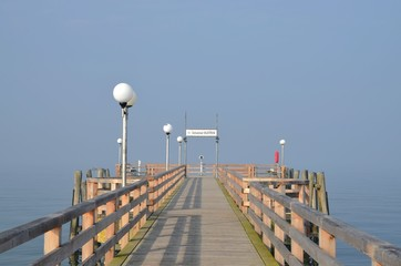 Seebrücke im Nebel